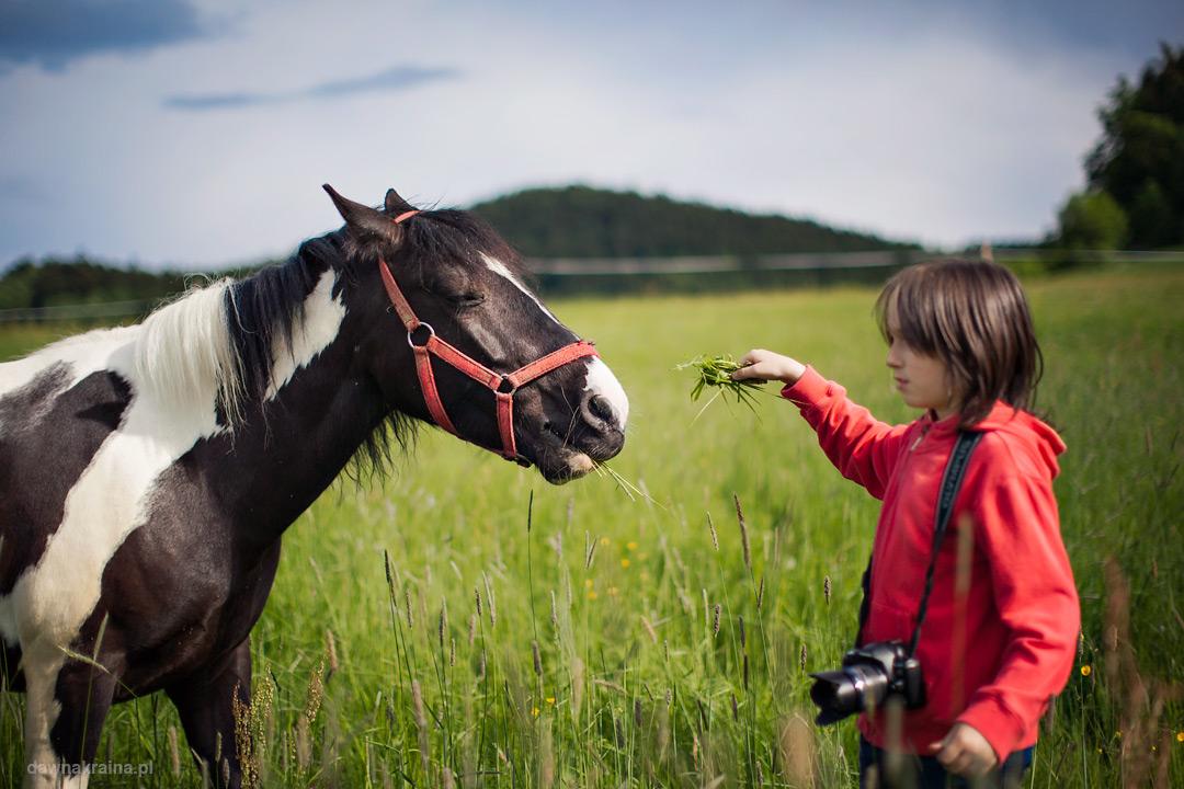 Plener fotograficzny podczas kursu fotografii dla dzieci.