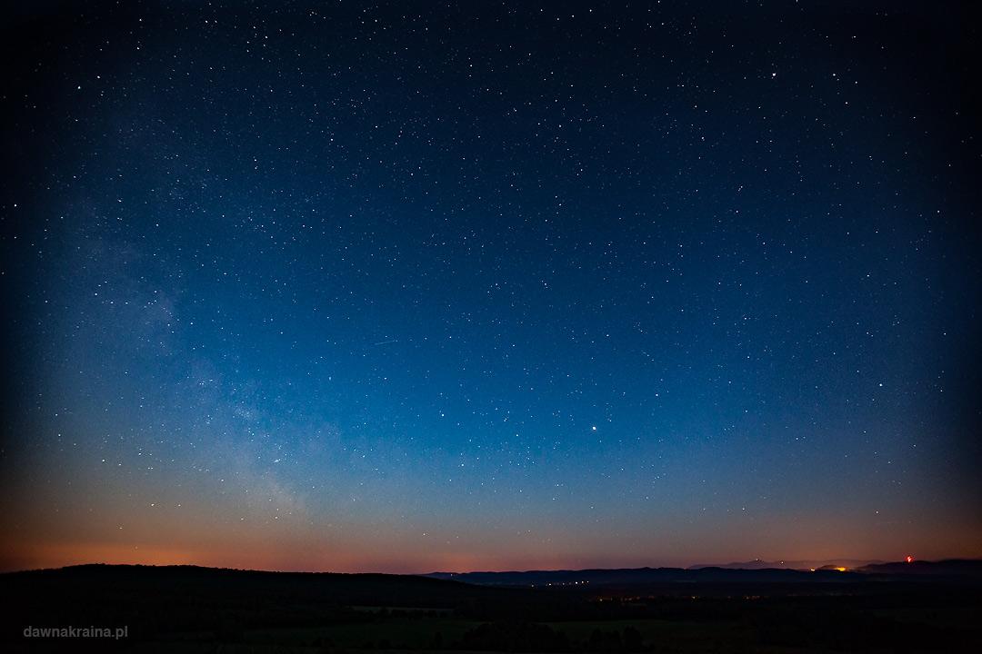 Noc spadających gwaizd. Perseidy. Nocne niebo nad miastem.