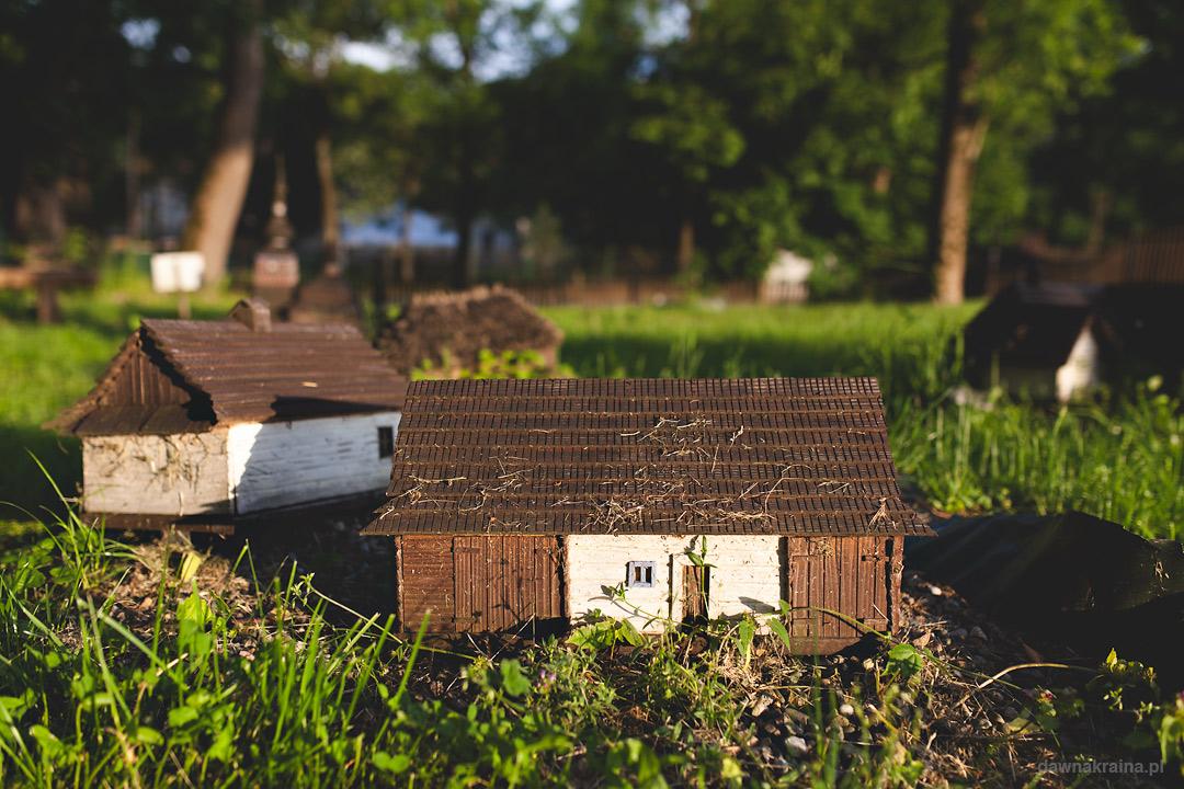 Park Miniatur w Ropie, małe zabudowania
