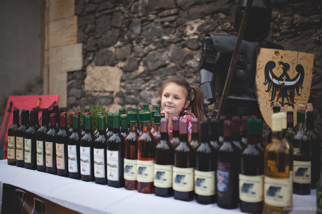 Święto Wina i Miodu na Zamku Grodziec. Stanowisko z winami.