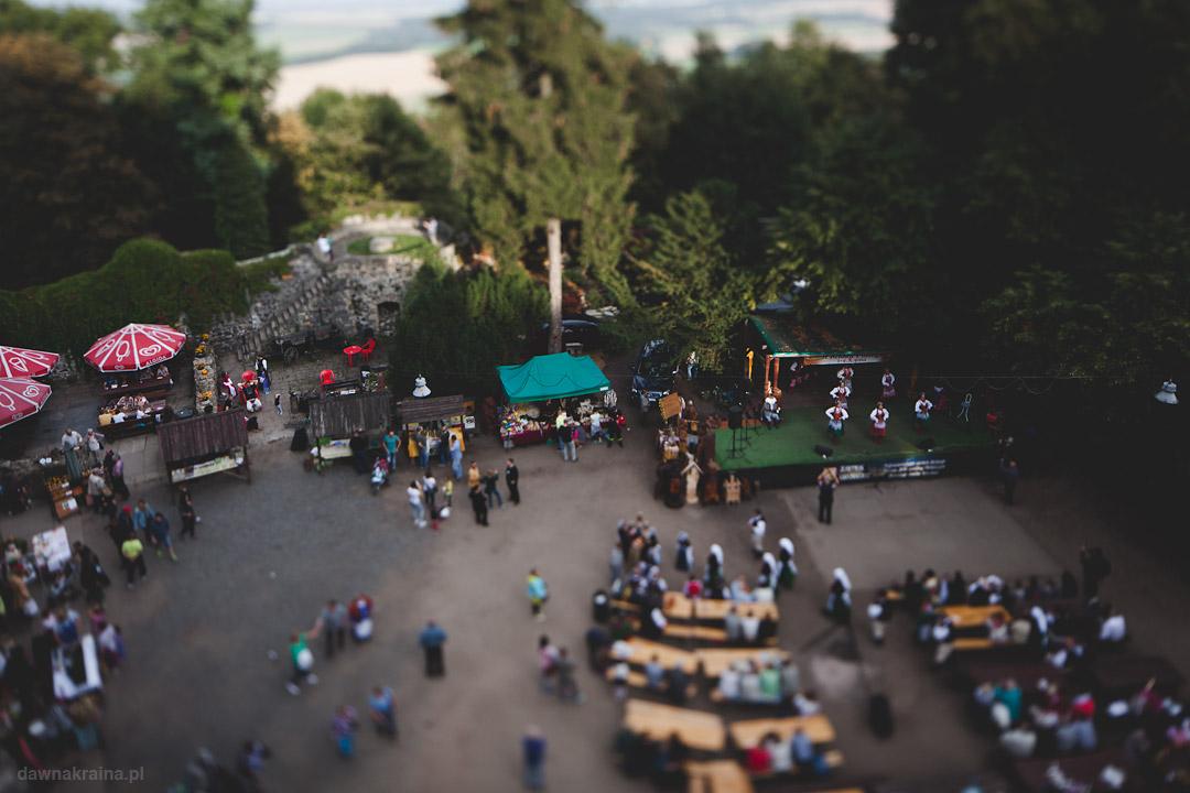 Widok z donżonu na plac zamkowy. Święto wina i miodu pitnego na Zamku Grodziec.