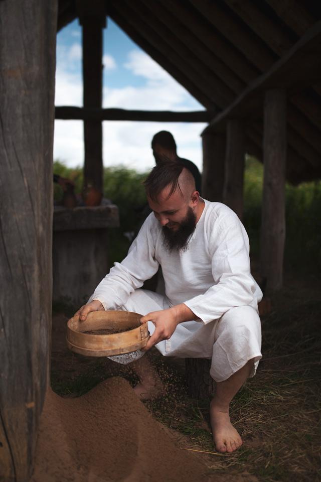 Budowa pieca szklarskiego w Grodzisku Żmijowiska