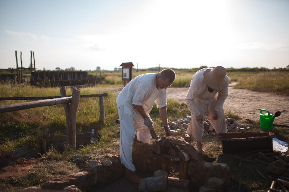 Budowa pieca szklarskiego z 11 wieku w Gordzisku Żmijowiska