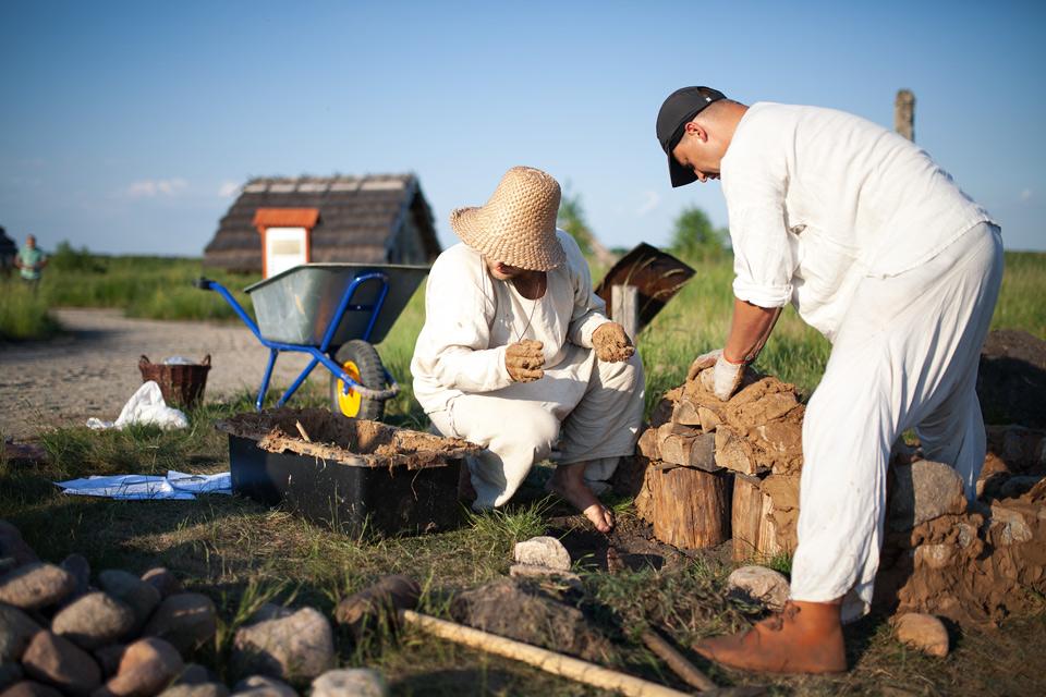Budowa pieca szklarskiego w Grodzisku