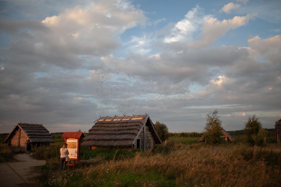 Żmijowiska, grodzisko wieczorną porą - budowa pieca szklarskiego