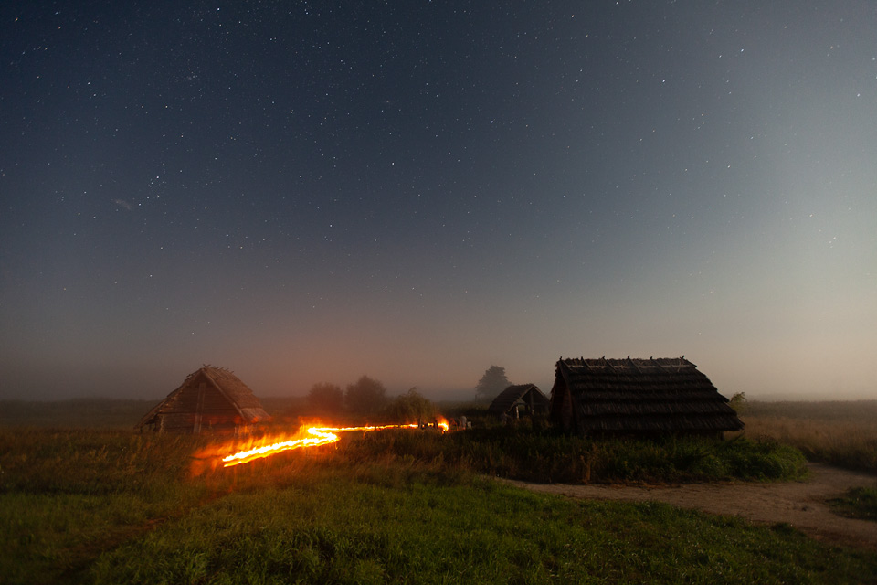 Grodzisko Żmijowiska nocą.