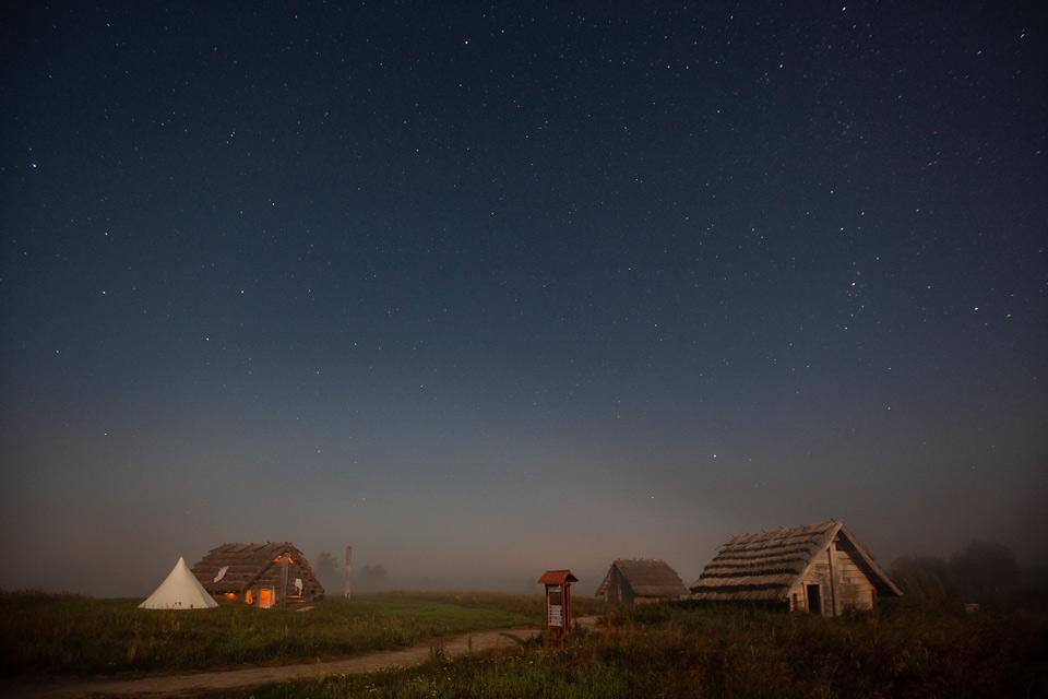 Grodzisko Żmijowska nocą podczas zaćmienia Księżyca.
