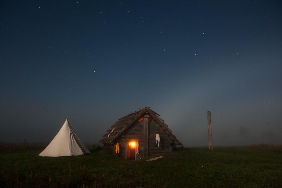 Grodzisko Żmijowiska nocą podczas zaćmienia księżyca.