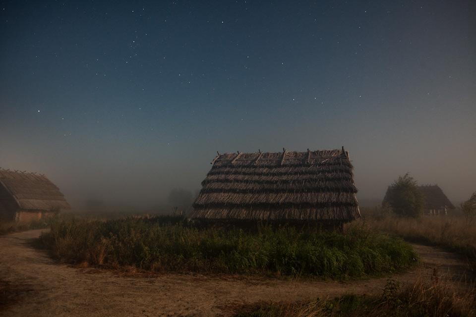 Żmijowiska nocą podczas zaćmienia księżyca.