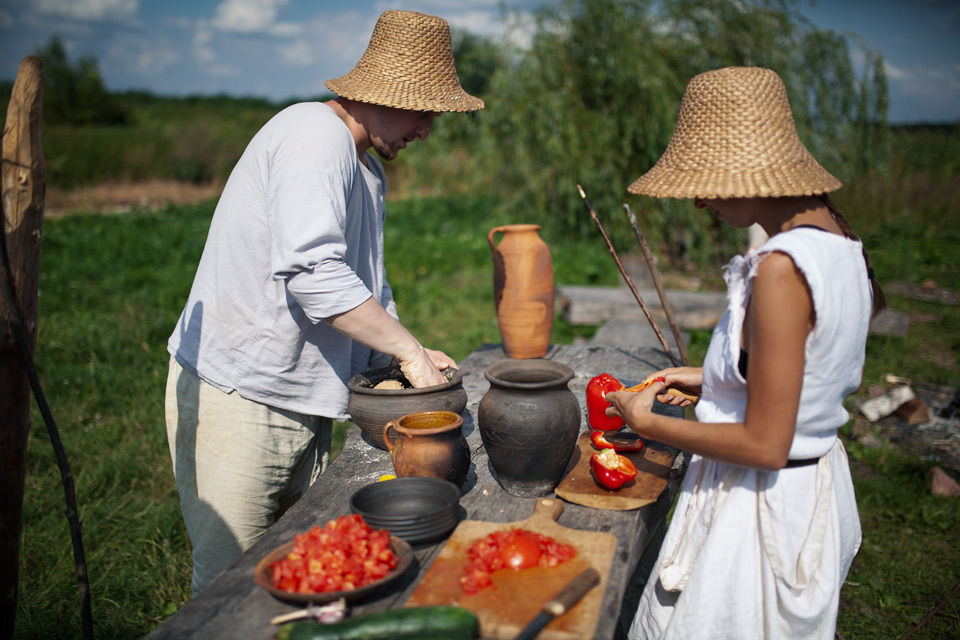 budowa pieca szklarskiego na Żmijowiskach - przerwa obiadowa