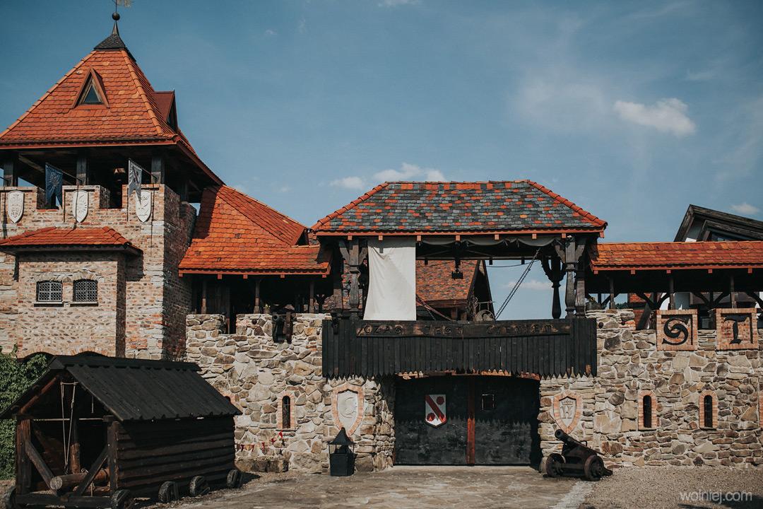 Taran i armata w zamku Stara Baśń.