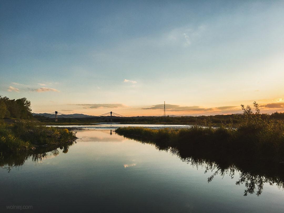 Widok na most i rzekę przy Bobrowisku Stary Sącz