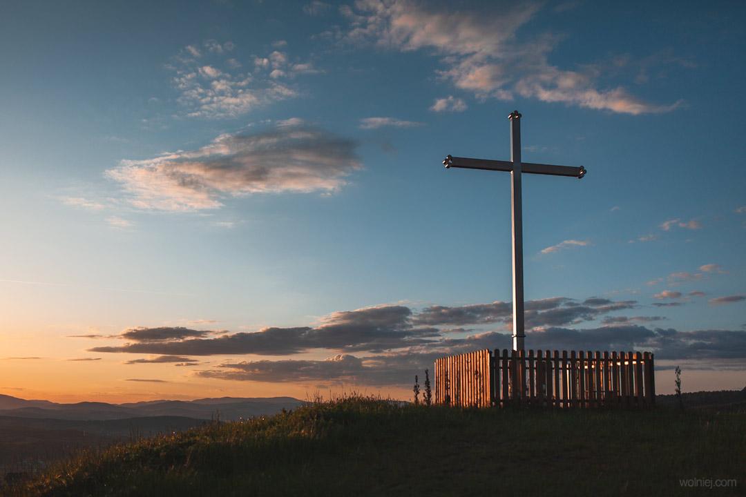 Krzyż na wzgórzu obok platformy widokowej ślimak na Woli Kroguleckiej